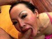 Une mature asiatique bouffe du chibre à en saliver de plaisir