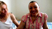 Une femme mature grosse partouzée sous les yeux de son mari