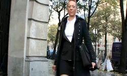 Jolie maman et prof de physique dans un lycée à Paris