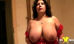 Une vieille aux gros seins découvre le sexe avec un minet