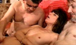 Une vieille salope francaise partouzée par trois pervers