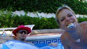 Larry le pervers branche une belle milf dans sa piscine