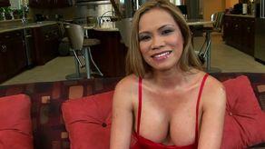 Cochonne asiatique et ses gros seins aime les gros calibres