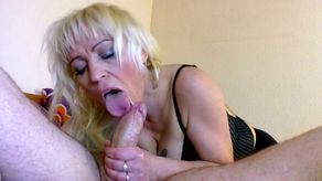 Belle blonde mature bien mûre